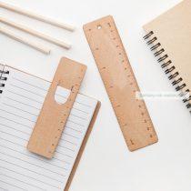 Fa könyvjelző és vonalzó